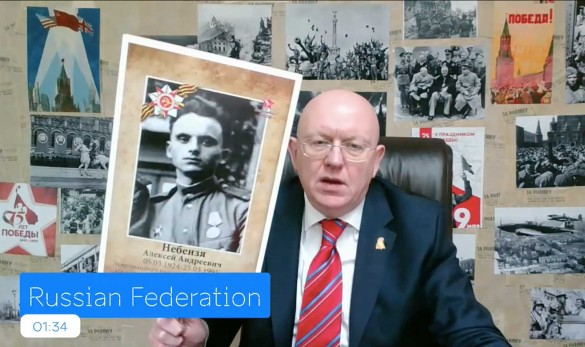 Василий Небензя выступил на встрече Совбеза ООН с портретом отца - ветерана ВОВ. Фото: Мария Хренова/ТАСС