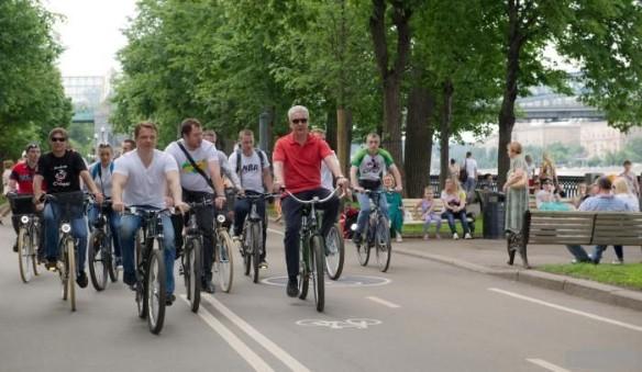 На фото Максим Ликсутов и Сергей Собянин во время велосипедной прогулки в Москве. фото: Пресс-служба