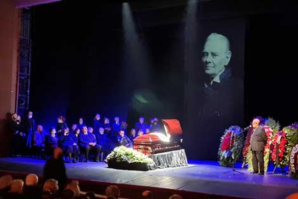 Сын поддерживал черную от горя Селезневу у гроба Андреева