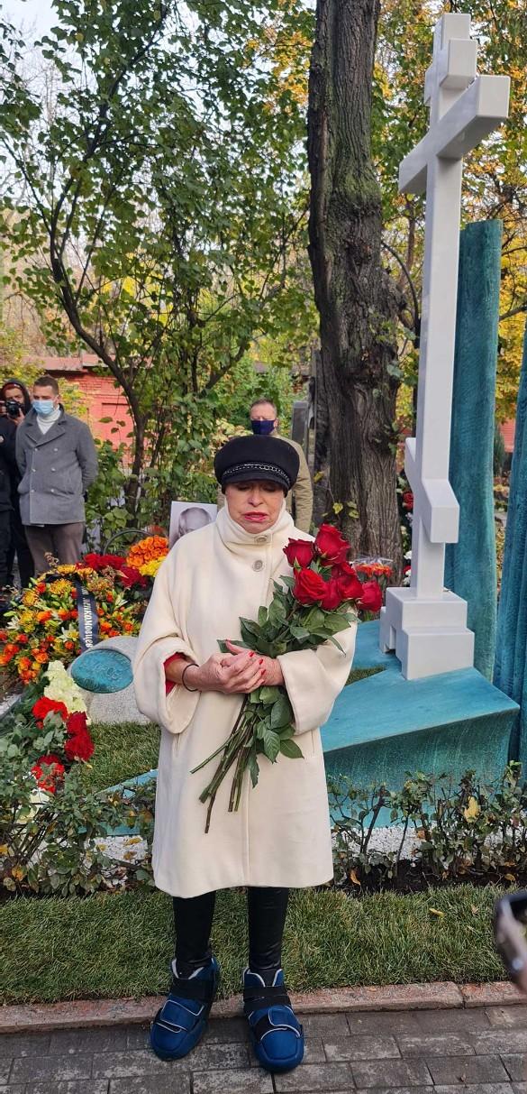 Людмила Поргина у могилы Марка Захарова. Фото: Дни.ру
