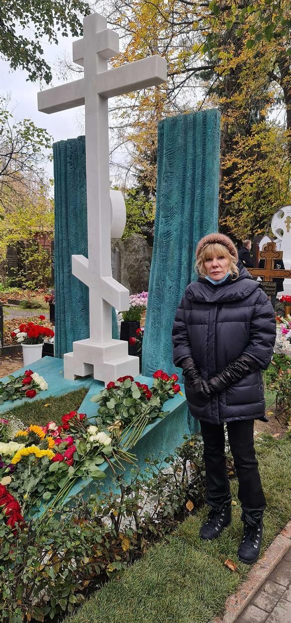 Александра Захарова на могиле отца. Фото: Дни.ру