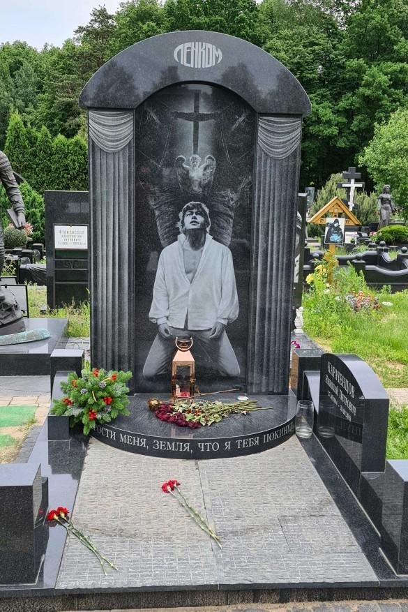 Миллионы: озвучена астрономическая стоимость памятников Захарова и Караченцова