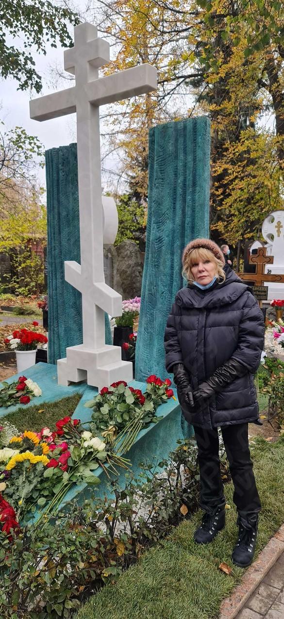 Александра Захарова у памятника отцу. Фото: Дни.ру