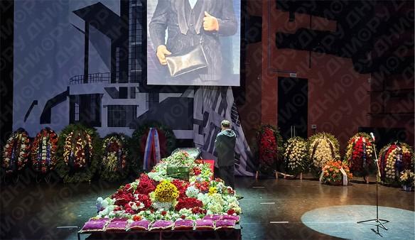 """""""Выхаркивайте!"""": Маковецкий заговорил по-украински перед гробом Виктюка"""
