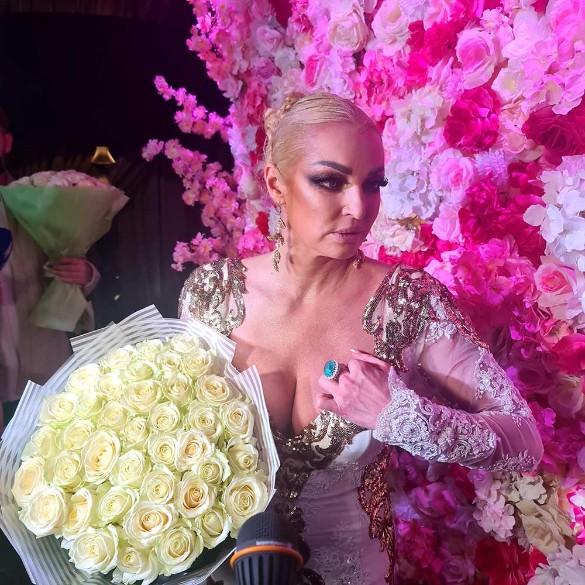 Белые розы для Насти. Фото: Дни.ру/Феликс Грозданов