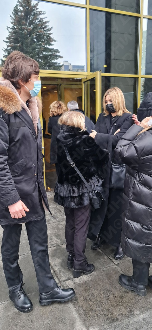 Прохор Шаляпин, Ирина Грибулина и Анжелика Агурбаш возле морга. Фото: Дни.ру