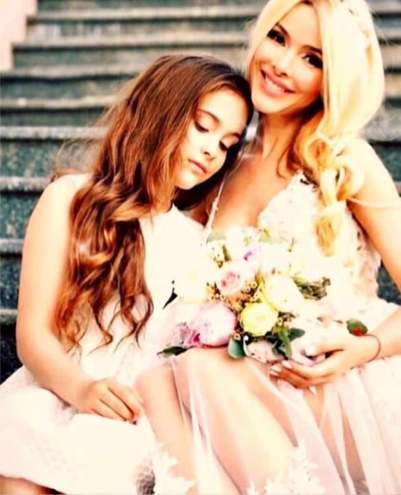 Алена Кравец с дочерью. Фото: пресс-служба