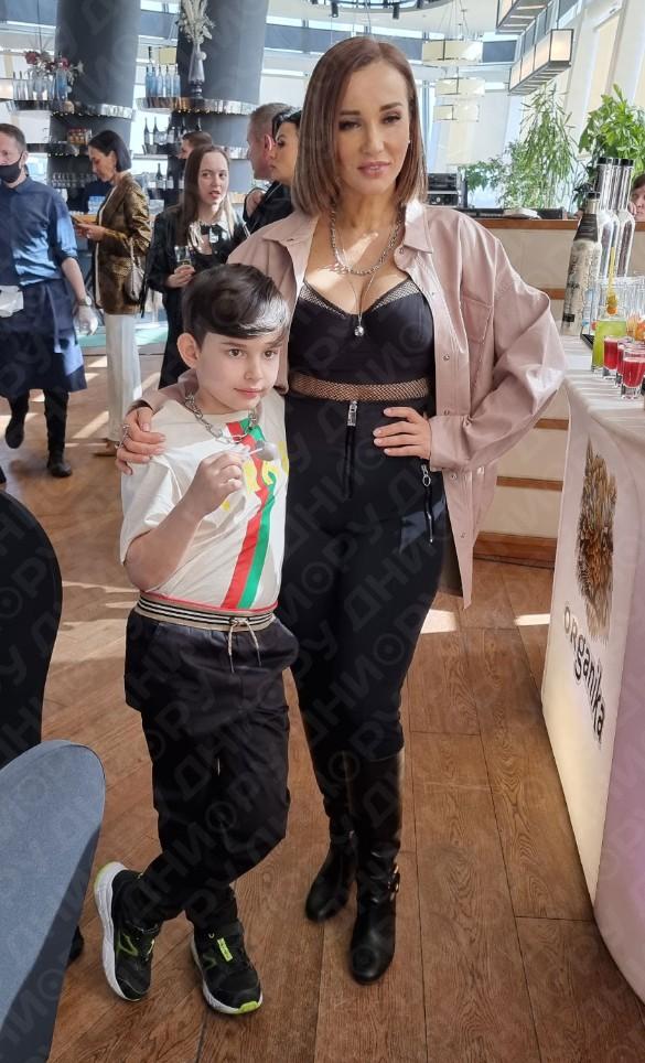 Анфиса Чехова с сыном Соломоном. Фото: Феликс Грозданов / Дни.ру