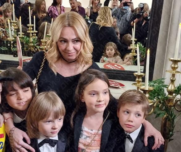 Яна Рудковская с сыном Сашей, детьми Филиппа Киркорова и Юлии Барановской.Фото: Феликс Грозданов / Дни.ру
