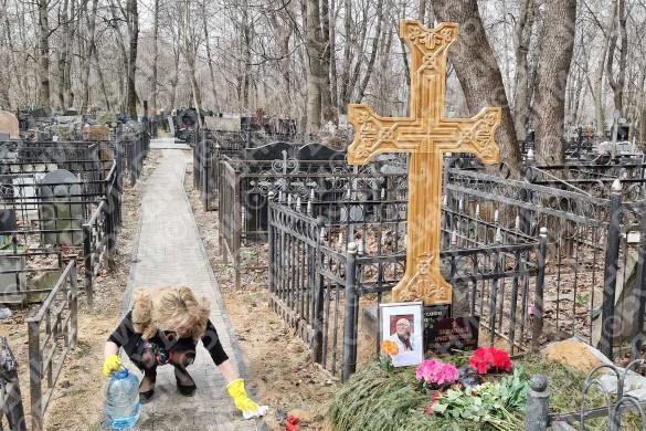 Виталина Цымбалюк-Романовская убирает к Пасхе на могиле бывшего мужа. Фото: Дни.ру