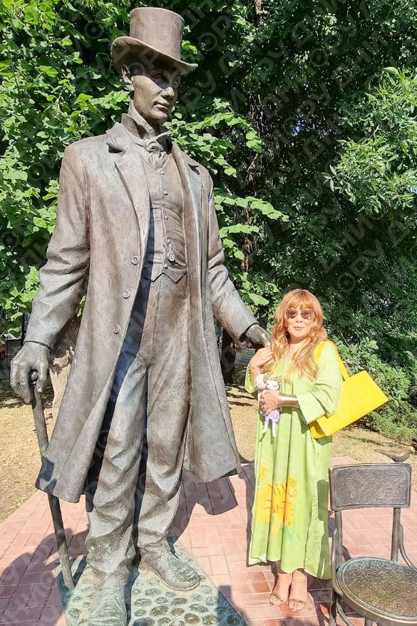 Анита Цой у памятника самому высокому человек – рост Федора Махнова составлял 285 сантиметров. Фото: Феликс Грозданов / Дни.ру