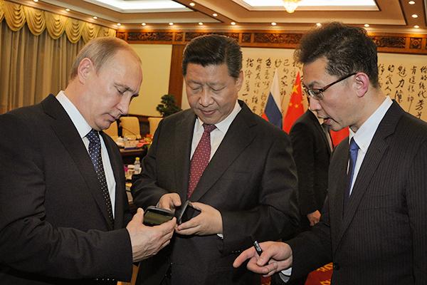 Путин подарил Цзиньпину YotaPhone