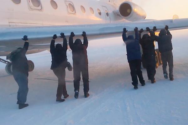 Пассажиры толкали примерзший Ту-134