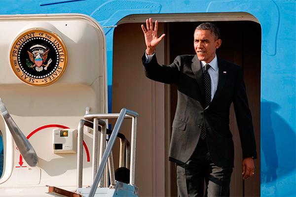 Обама повис на трапе самолета