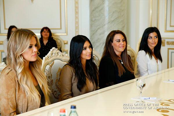 Ким Кардашьян с сестрами. Фото: gov.am