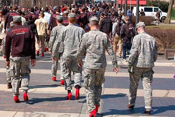 Солдат США заставили надеть каблуки