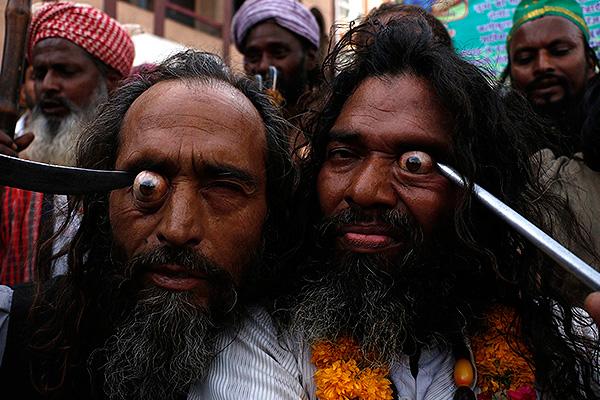 Индусы со спицами в глазах шокировали Сеть