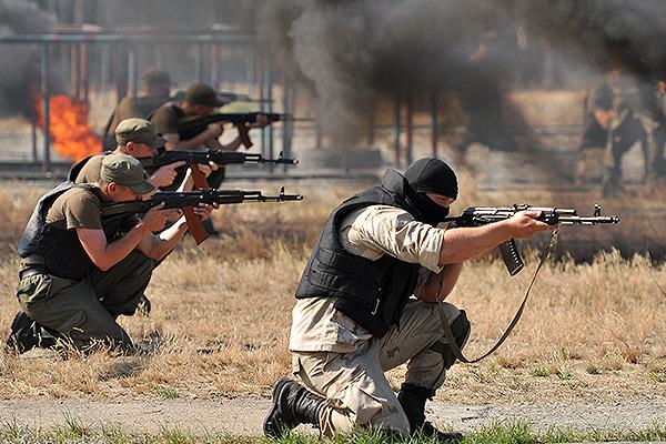 Бойцы с оружием засели под Киевом