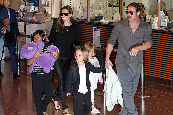 Анджелина Джоли и Брэд Питт с детьми. Фото: GLOBAL LOOK press/Junko Kimura