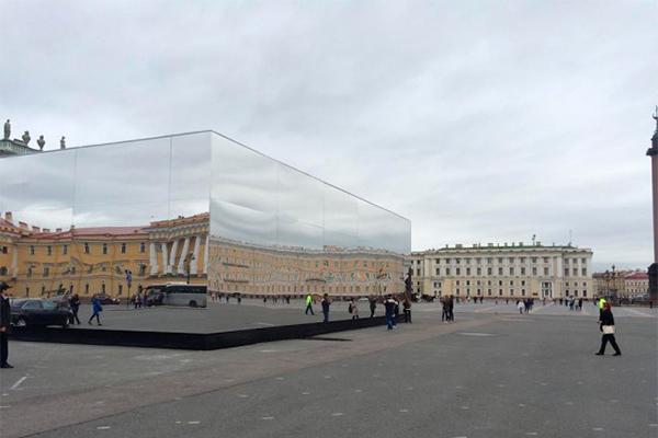 Зеркальный куб рухнул на людей