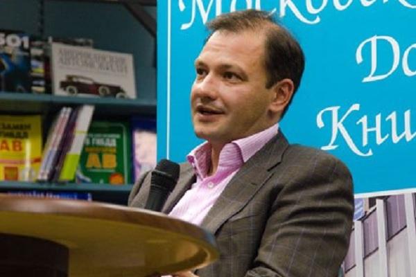 Ведущий Брилев спит на работе