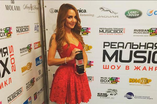 Фото платьев певицы максим