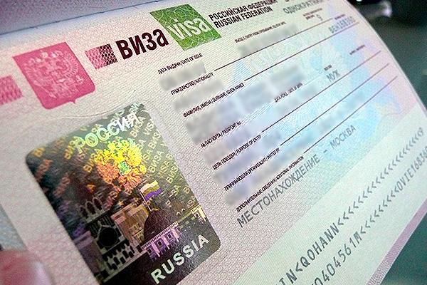 Жители Грузии стоят в очереди за визой в Россию