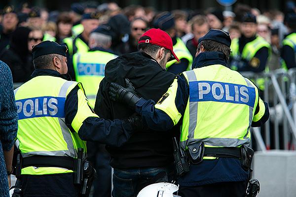 Мигранты разогнали толпу полицейских