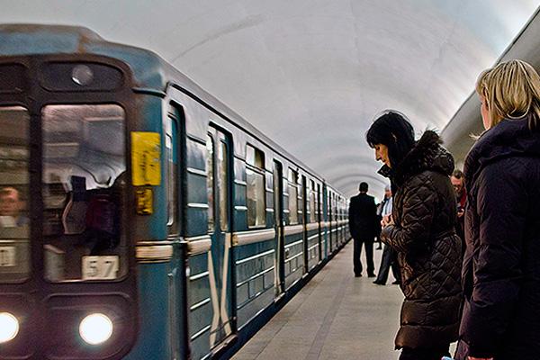 Поезд метро наехал на трех человек в Москве