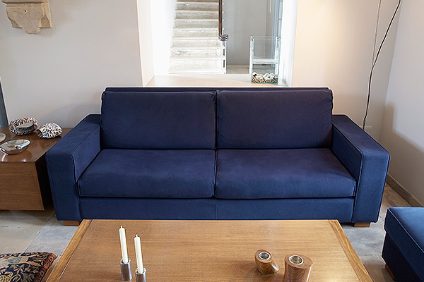 Алиментщик прятался от приставов в диване