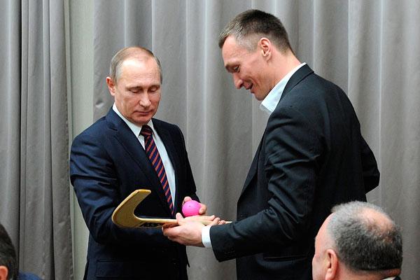 Путин жонглирует мячом для бенди