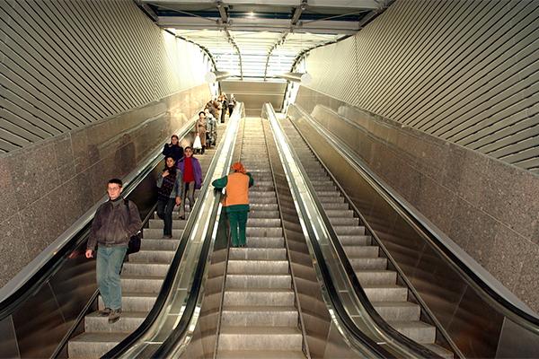 Блондинка застряла в эскалаторе метро