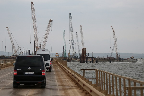 Турецкое судно протаранило мост в Крыму