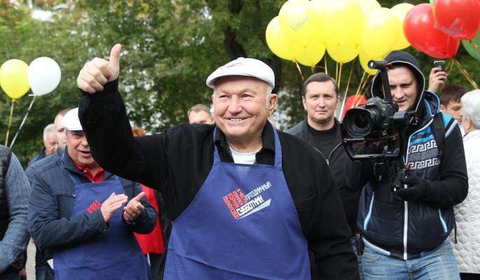 Субботник по случаю юбилея Лужкова собрал 300 человек