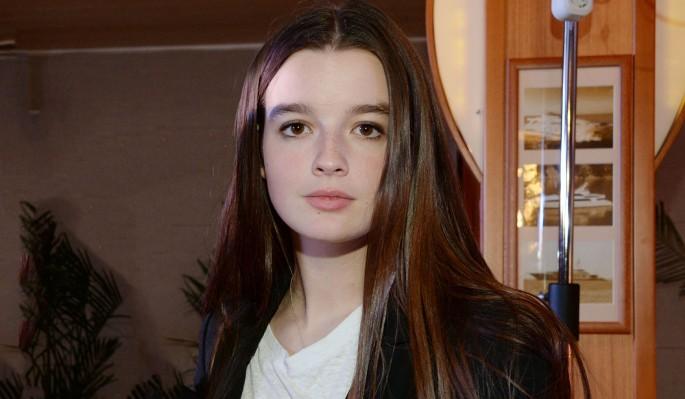 16-летняя Стриженова покормила молоком малыша