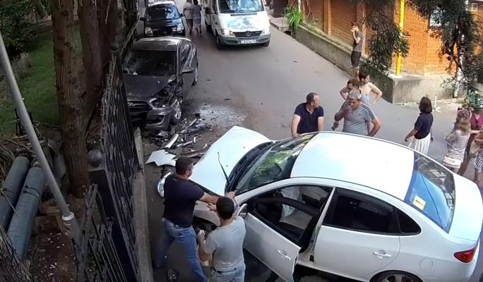 Водитель-новичок на полном ходу протаранил припаркованную машину