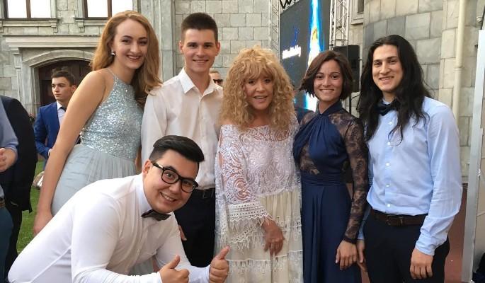 Пугачева в белом платье затмила невесту на свадьбе внука