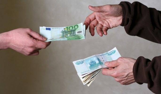 Россияне массово скупают валюту