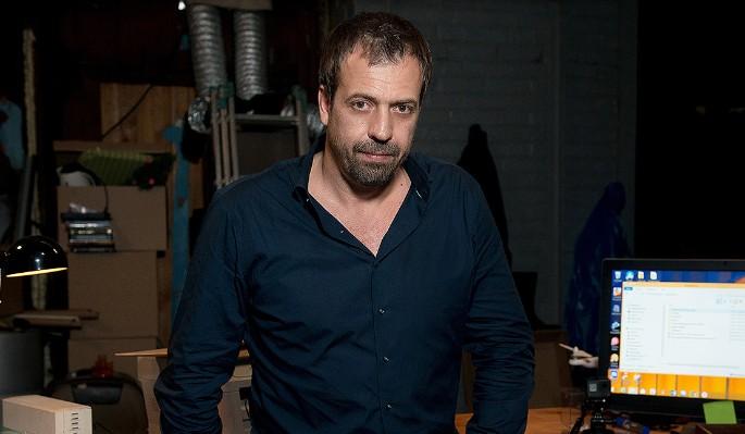 На известного телеведущего напали с ножом во время съемки
