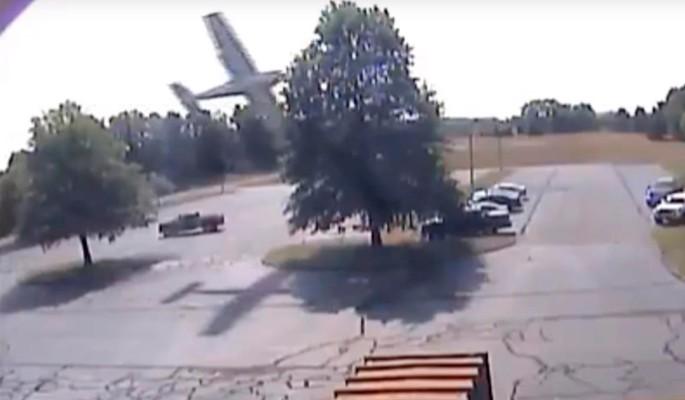 Самолет протаранил дерево и рухнул на автомобили