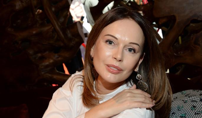 52-летняя Безрукова вышла в свет с большим животом