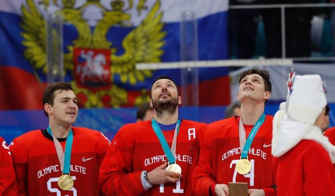 Запад пытается заткнуть поющих гимн России хоккеистов