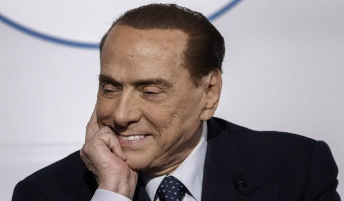 Полуголая девушка бросилась на Берлускони на глазах журналистов
