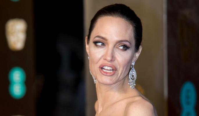 Джоли сходит с ума от ревности из-за ночных встреч Питта и Энистон