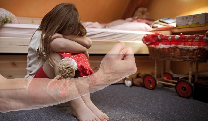 Любовник истязал дочь сожительницы шнуром от зарядки