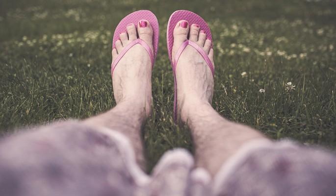 Женщин возбудили голые мужские ноги в шлепках