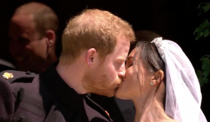 Видео первого поцелуя принца Гарри и его жены Меган Маркл