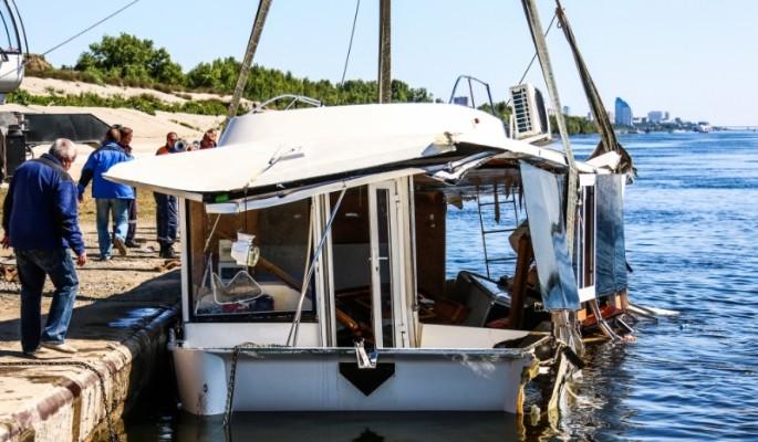 Погибли 11 человек: пьяный капитан загнал катамаран под баржу