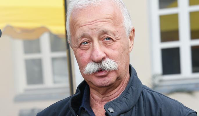 73-летнего Якубовича сняли целующимся с молодой певицей