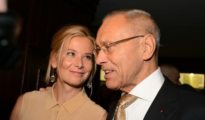 Высоцкая получила по шее за публичные ласки с престарелым мужем